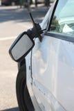 Schädigendes Auto und unterbrochener seitlicher Spiegel der hinteren Ansicht. Stockfotografie