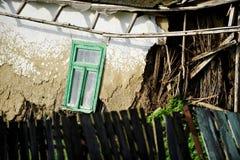 Schädigendes Haus des luftgetrockneten Ziegelsteines Stockfoto