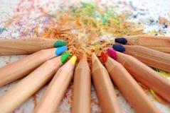 Schärfen der farbigen Bleistifte Lizenzfreie Stockfotografie