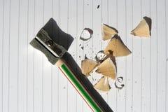Schärfen des Bleistifts auf einem Notizbuch in den Linien Stockfotos