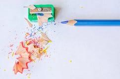 Schärfen eines Bleistifts gegen weißen Hintergrund Lizenzfreies Stockbild