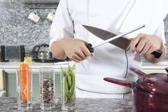 Schärfen eines Messers Stockfotos
