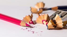 Schärfen eines roten Bleistifts Stockbild