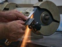 Schärfen Sie Werkzeug mit elektrischen doppelten reibenden Bock lizenzfreie stockfotografie