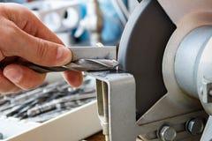 Schärfen von Bohrern auf einer Schleifmaschine Stockfotografie
