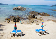 schäslong på den tomma sandiga stranden Royaltyfri Foto