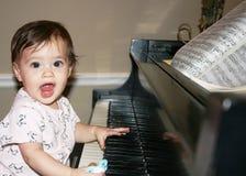 Schätzchen auf Klavier Stockfoto