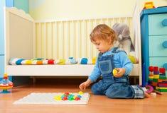 Schätzchen bauen ein Mosaik zusammen stockfotografie