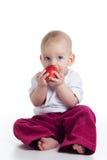 Schätzchen, das Apfel isst Lizenzfreie Stockfotografie