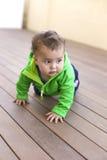 Schätzchen, das auf dem Fußboden spielt Lizenzfreie Stockfotografie
