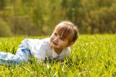 Schätzchen, das auf dem Gras liegt Lizenzfreies Stockfoto