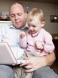 Schätzchen, das auf Laptop zeigt Lizenzfreie Stockbilder