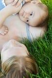 Schätzchen, das auf Mamaschulter liegt Lizenzfreies Stockbild