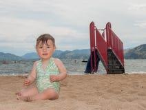 Schätzchen, das auf Sand kriecht Lizenzfreie Stockfotografie