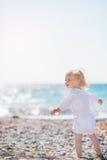 Schätzchen, das auf Strand geht und auf Exemplarplatz schaut Stockbild