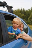 Schätzchen, das aus Autofenster heraus schaut Stockfoto