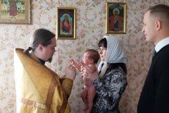 Schätzchen, das an der orthodoxen Kirche getauft wird Lizenzfreie Stockbilder