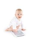 Schätzchen, das digitale Tablette verwendet Lizenzfreie Stockfotos