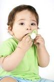 Schätzchen, das eine Attrappe in Mund setzt Lizenzfreie Stockfotografie