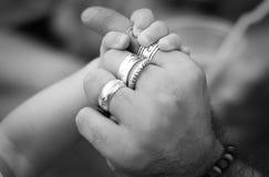 Schätzchen, das einen gewachsenen Mann durch die Hand anhält Lizenzfreies Stockbild