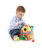 Schätzchen, das Entwicklungsspielzeug genießt Stockbild