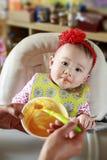 Schätzchen, das feste Nahrung isst Stockfoto