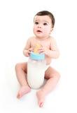 Schätzchen, das große Milchflasche anhält stockfotografie