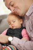 Schätzchen, das im Arm des Vaters schläft Lizenzfreie Stockfotos