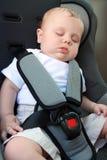 Schätzchen, das im Autositz schläft Stockbild