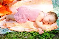 Schätzchen, das im Freien schläft lizenzfreie stockbilder