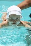 Schätzchen, das im Pool spielt Lizenzfreies Stockbild
