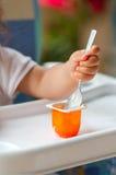 Schätzchen, das Joghurt isst Lizenzfreie Stockbilder