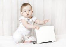 Schätzchen, das mit einem Laptop arbeitet Stockfotografie