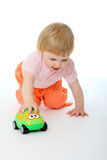 Schätzchen, das mit einem Spielzeugauto spielt Lizenzfreies Stockbild
