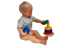 Schätzchen, das mit Spielwaren spielt Stockfotos
