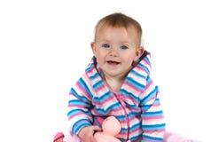 Schätzchen, das mit Spielzeug lächelt Stockbild