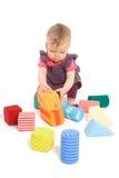 Schätzchen, das mit Spielzeugblöcken palying ist Stockbilder