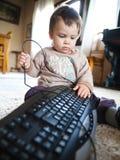 Schätzchen, das mit Tastatur spielt Lizenzfreie Stockfotografie