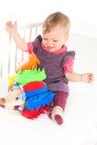 Schätzchen, das mit weichem Spielzeug spielt Lizenzfreies Stockfoto