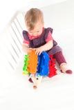 Schätzchen, das mit weichem Spielzeug spielt Lizenzfreie Stockfotografie