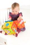 Schätzchen, das mit weichem Spielzeug spielt Lizenzfreie Stockfotos