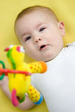 Schätzchen, das oben einem mobilen Spielzeug betrachtet Stockfotos