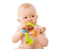 Schätzchen, das Spielzeug kaut lizenzfreie stockbilder