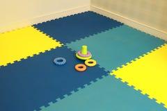 Schätzchen, das Teppich spielt Lizenzfreie Stockfotos