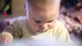 Schätzchen, das zu Hause spielt Im Fernsehraum konzentriert lustig stock video
