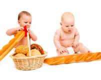 Schätzchen, die Brot essen stockbild
