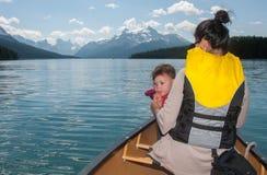 Schätzchen-durchbrennenpfeife im Kanu mit Mutter Lizenzfreies Stockbild