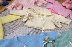 Schätzchen gestrickte Kleidung; Stockfotografie