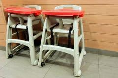 Schätzchen-hoher Stuhl Stockfotos