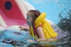 Schätzchen im Pool lizenzfreies stockfoto